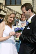 nevěsta prstýnkuje