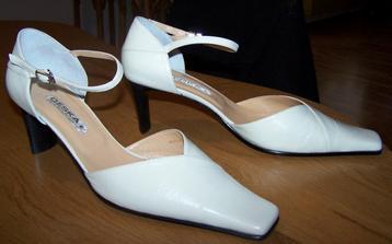 Moje botky jsou připravené... Nebudete věřit, jsou zadarmo! Narazili jsme náhodou na akci 1 plus 1 boty zdarma, tak jsme si oba pořídili svatební už na jaře.