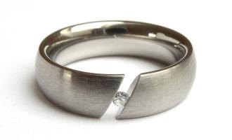 ... a nakonec to vyhrál tento ... Vyzkoušeli jsme si prstýnky v Praze v Ráji snubních prstenů (cena 1395,-) a objednali doma v klidu po internetu za 650,- ;o)