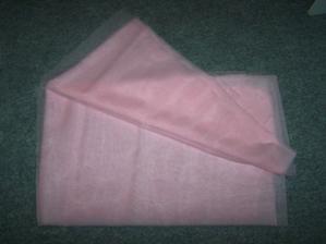 Růžový tyl na ozdobení aut (a možná i přes ramena k šatům)