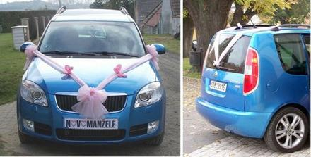 Vyzdobili jsme pouze naše novomanželské auto (den předem) - a jeli jsme už na obřad společně. Zepředu motýlci, zezadu jen jednoduše ozdobené...