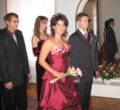 Po příchodu do svatební síně... Stále jsme byli hrozně v pohodě, i když na ženichovi je vidět mírná nervozitka, ale to přece ani nááhodou nepřizná... ;o) Za námi naši svědkové, sourozenci.