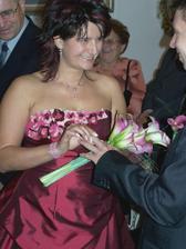 Vždycky jsem si říkala, jak některé nevěsty nemůžou trefit ten správný prst... ;o)