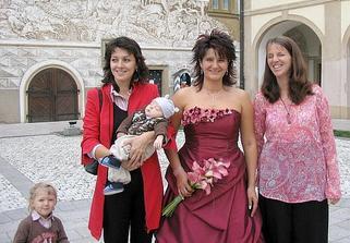 Mé dvě spřízněné kamarádky pozvané na svatbu (všechno ostatní byli pouze rodinní příslušníci)