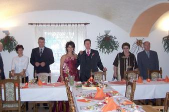 Zasedáme se svými rodiči ke svatební tabuli. Výzdoba byla do červené a oranžové barvy (hezky ladila k interiéru restaurace).