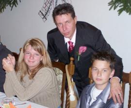 Manžel s dětmi ve vyjímečně klidné chvilce... ;o) Teď už jsem součástí této spokojené rodinky i já...