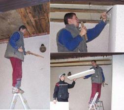 28.2.09  Dopoledne chlapi pokračují rozebíráním izolace stropu a současně jdou dolů i prkna z podbití stropu