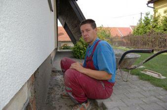 9.8.09 Jelikož včera manžel odpočíval a jenom dohlížel, dneska se pustil do opravy podezdívky.