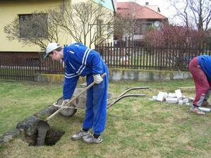 27.3.10 Chlapi začali vykopané díry zalévat betonem.