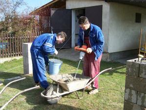 3.4.10 Počasí dovolilo betonovat, takže pánové  pokračují stavbou sloupů.