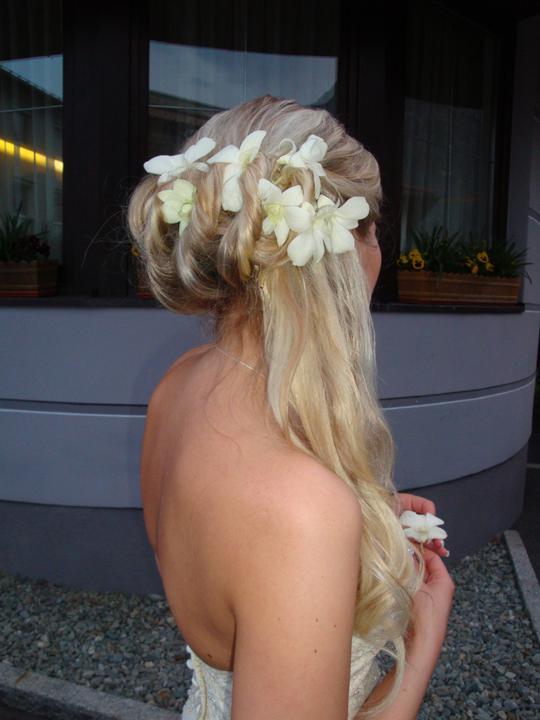 Ingrid{{_AND_}}Rainer - biele orchidee vo vlasoch, velmi sa mi to pacilo a vydrzalo az do rana bieleho