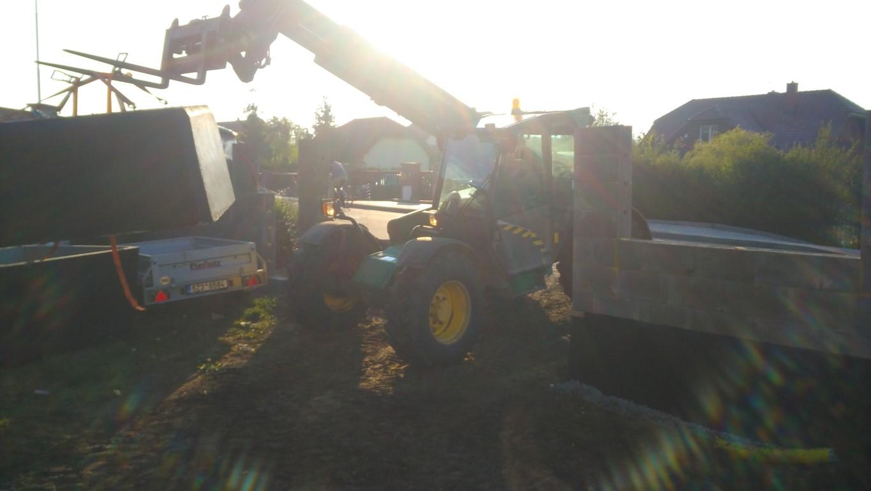 Jak jsme usazovali betonovou jimku (fotky jsou bohuzel horsi kvality, protoze byl zrovna vychod slunce a fotaku se to moc nelibilo)  https://www.vodnici.net/2016/04/tuny-betonu-i-polystyrenu/ - Obrázek č. 1