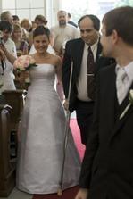 I přes zdravotní komplikace byla nevěsta odvedena k oltáři