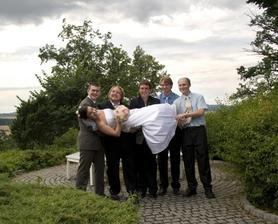 Stačilo, aby ženich chvilku nekoukal a už  by byl bez nevěsty