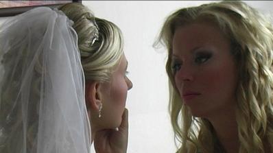 holka se snaží - jsou to dvě nejlepší kamarádky a já fotím a vše na svatbě sem dokumentuji