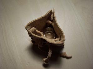 Tak nakonec místo truhličky bude vlastnoručně vyrobený kožený pytlíček...náš původní záměr