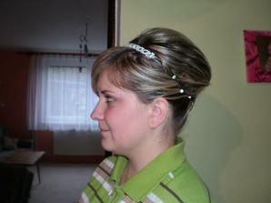 Můj účes, první zkouška. Ještě mě musí dorůst vlasy, a možná místo čelenky si dám korunku:)