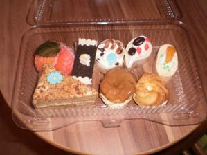 další vzorečky cukroví, broskvička, semifrédy, ovocný řez s čokoládou, marlenka a věnečky:) všechno je mooooc dobré