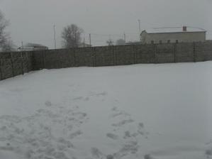 a aj dvor je pod snehom:o))