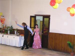 začína redový tanec (ružové popolnočné šaty)