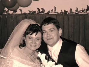 čierno-biela fotka šťastných novomanželov