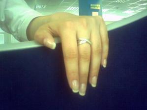 fotene telefonom, skvela praca mojej manikerky a moj nadherny prsten /len zrovna z blbeho uhla/ :)