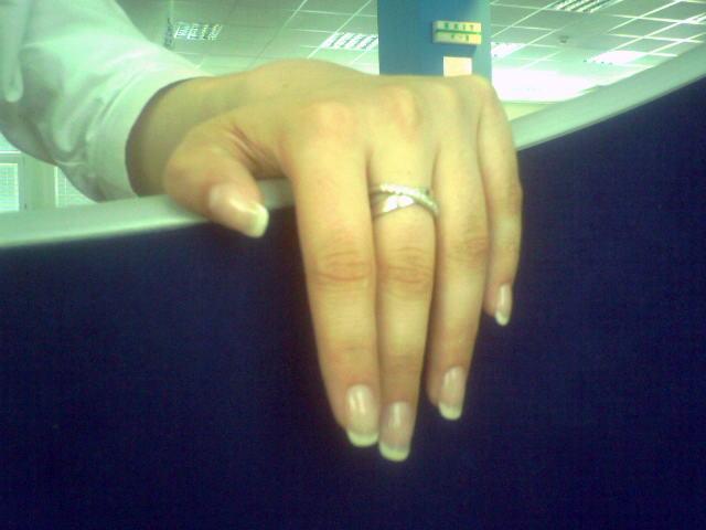07.07.07 - fotene telefonom, skvela praca mojej manikerky a moj nadherny prsten /len zrovna z blbeho uhla/ :)