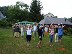 Přelet na místem oslavy a oslavenci mávají ve tvaru srdce!