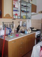 naše kuchyňská linka - vůbec nám neladí k ostatnímu nábytku a tak jsem si začala hrát s tapetou