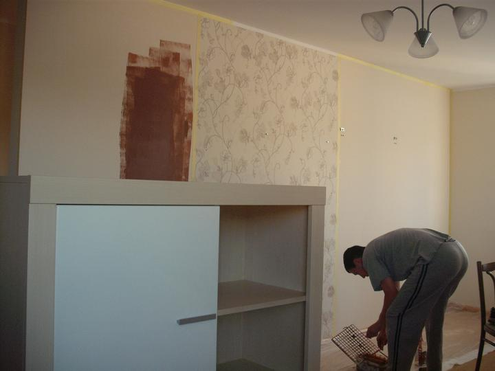 Obyvacka - co mame alebo chceme - moj uz snubenec pripravuje farbu, sme sa rozhodli este rychlo premalovat farbu okolo tapety :))))) vcera o 17:00