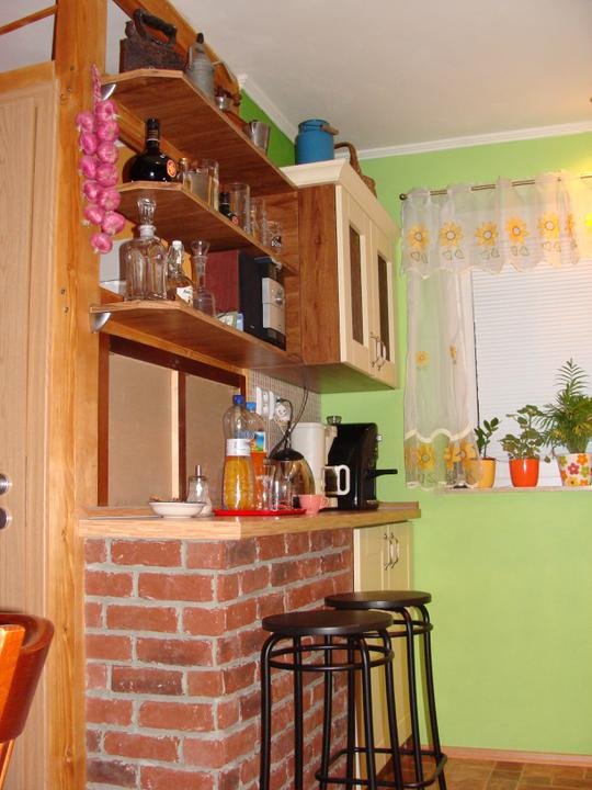 Naše terajšie bývanie - barový pult, na tej stene nad pultom jemomentálne zrkadlo, neskôr pridám foto