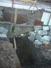 Vykop pre kanalizačnú rúru.