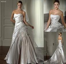 tieto šaty chcem, ale veľmi, len v bielej farbe! kto by vedel, napíšte mi!