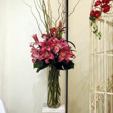 nádherná kvetinová výzdoba vo vysokých vázach by sa perfektne vynímali