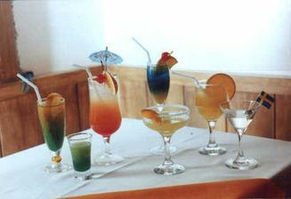 rádi bychom barmana, který by nám míchal koktejly