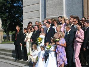 Foto pred kostolíkom všetci