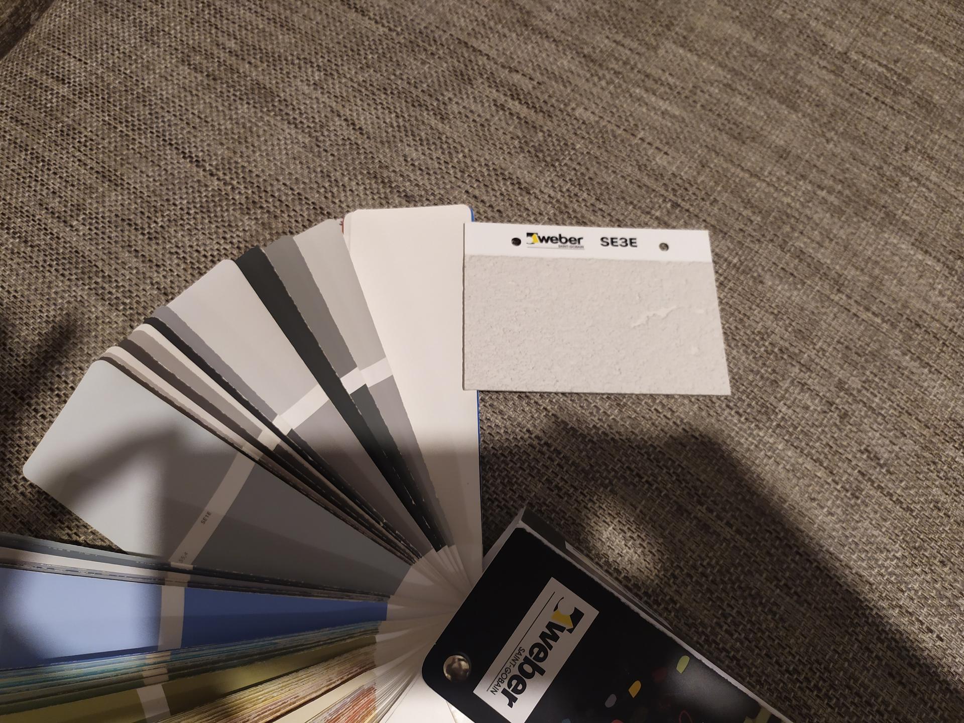 Ahojte, ruesim fasadnu farbu, Weber, hladam najsvetlejsiu sivu, je to odtien SE3E alebo B100? - Obrázok č. 1