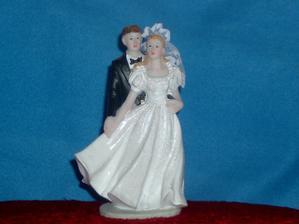 mladomanželia na tortu