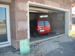 spodok uzavrety, odteraz parkujeme v garazi