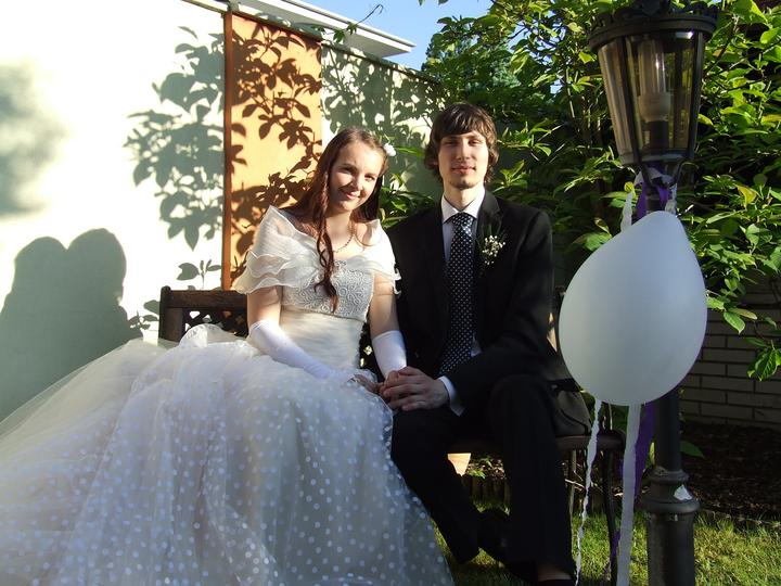 Žofka{{_AND_}}Miško - Už manželia na hostine- romantický kútik na záhrade :)