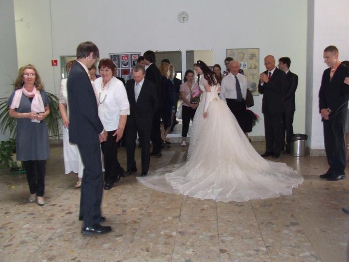 Žofka{{_AND_}}Miško - Pred svadbou- asi 5 ľudí mi  naprávalo vlečku pred vstupom do svadobky :)