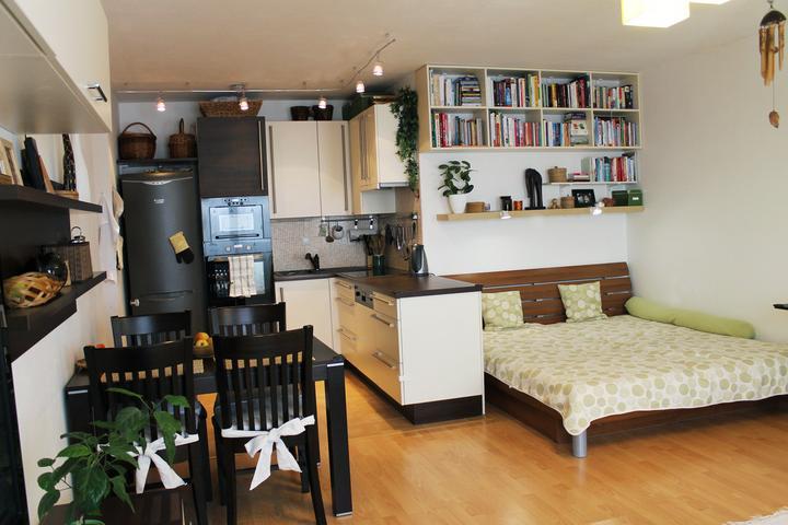 Stupavské bývaníčko - Posteľ sa presťahovala do obývačky... A bolo to oveľa lepšie riešenie ako kútik pre deti v obývačke, lebo hračky sa už váľajú v ich izbe a nie všade :)