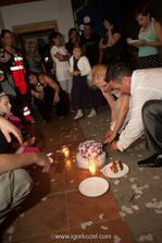 romantické krájanie torty na zemi :-)))