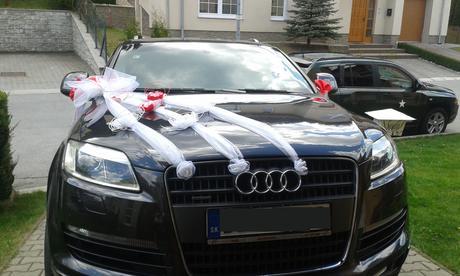 Svadobné AUTO - biela s červenými kvetmi