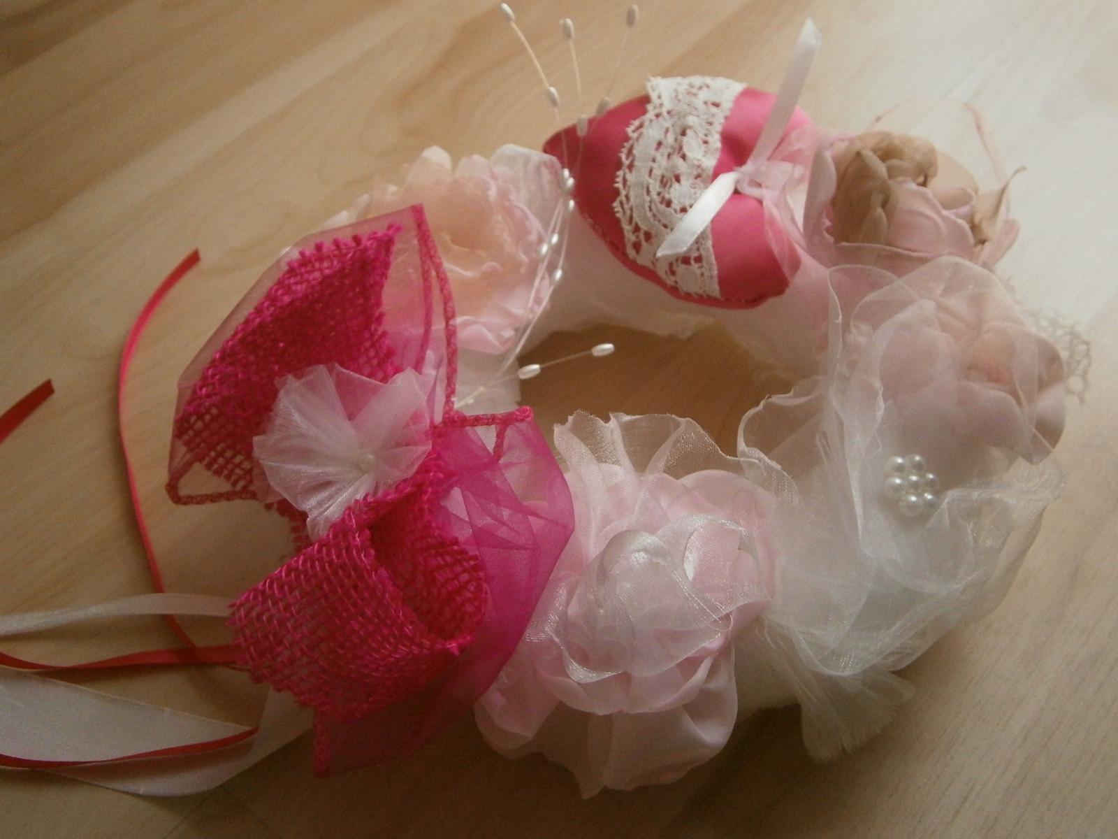 Svadobné AUTO - venček ružovo - biely