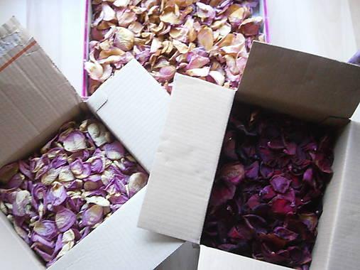 Svadobné dekorácie - skladom - červene - predane, ruzove - krabicka cca 400 ks lupenov= 3,50 eur, posledne 2 balicky, ruze susene - r. 2016, vonave