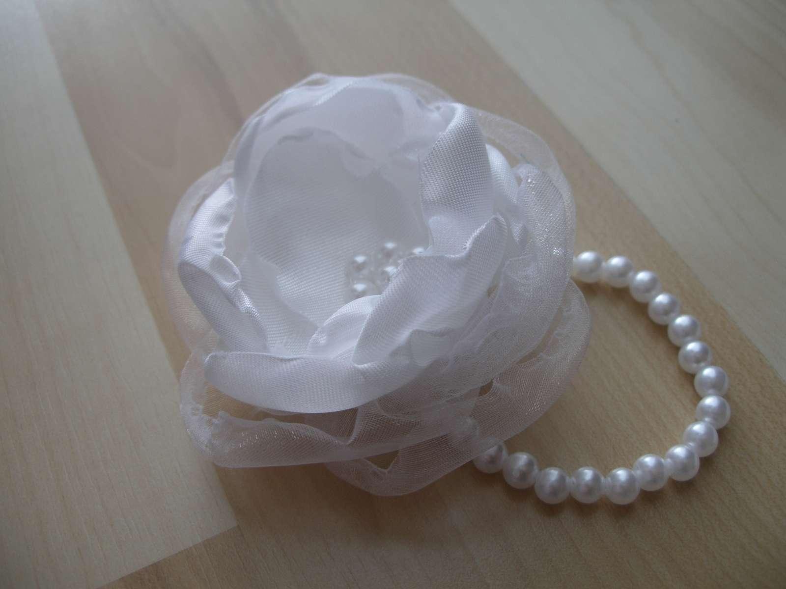 Veľký biely kvet na ruku - Obrázok č. 1