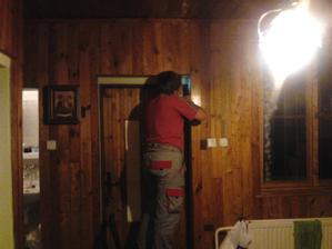 Môj manžel pracuje po robote ešte aj doma vedľa manžela je ešte neprerobená skrinka na kľúče