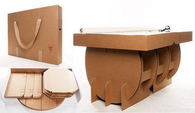 Stolík zložený v krabici.