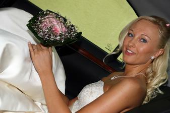 už nasoukaná ve svatebním kočáře :)